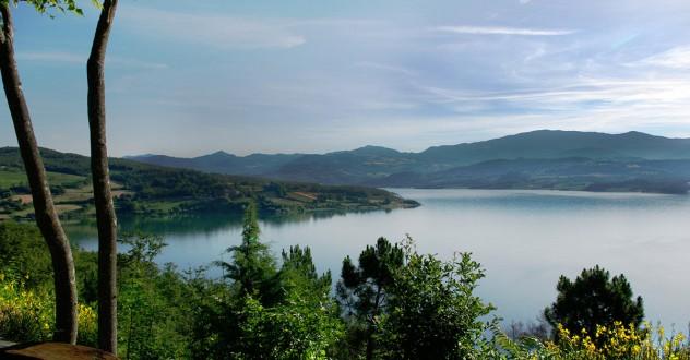 Pescare nel lago di Montedoglio in Toscana