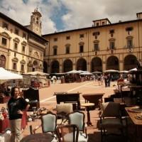 Arezzo - Piazza Grande durante la Fiera antiquaria